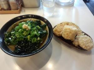 わかめうどん (冷 + 野菜天盛)