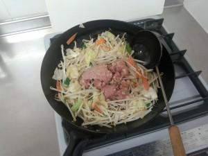 野菜炒め + コンビーフハッシュ (3)