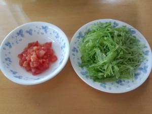 トマト 1/2 個 + レタス 1/2 玉