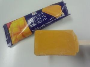 まるでマンゴーを冷凍したような食感のアイスバー (4)